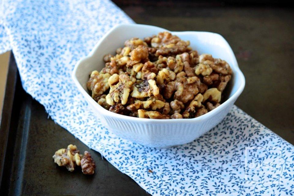 Жареные орехи с розмарином