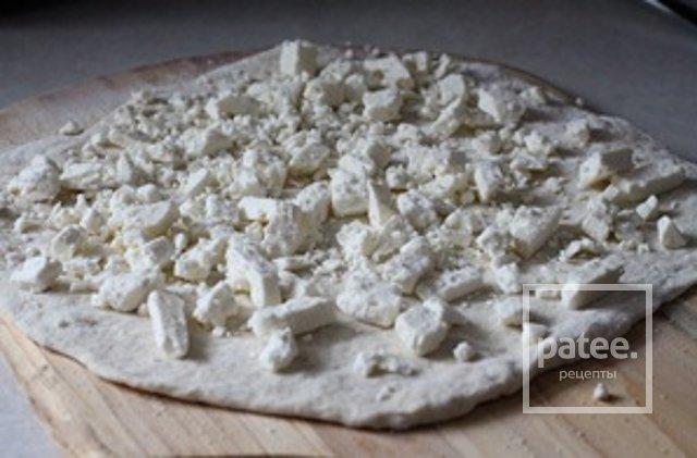 Пицца с виноградом и сыром фета