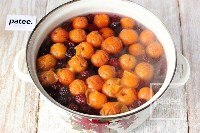 Компот из ежевики с абрикосами