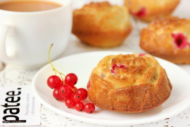 Сливочные кексы с красной смородиной