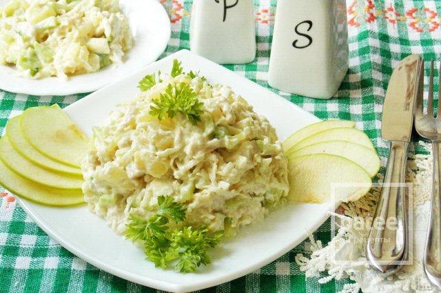 Салат с куриной грудкой, ананасом и яблоком