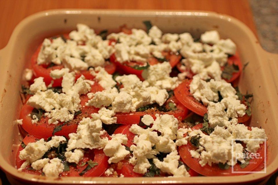 Гратен из помидоров с козьим сыром