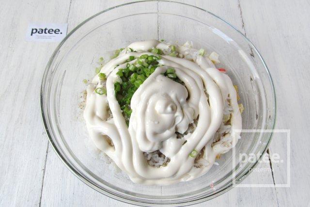 Салат с маринованными грибами и крабовыми палочками