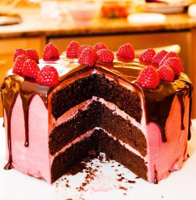 Шоколадный торт с малиновым кремом
