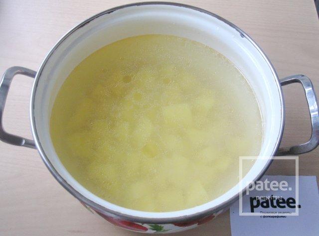 Суп из форели с цветной капустой и луком - пореем
