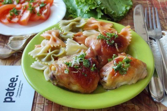 Курица в карамели с чесночным соусом