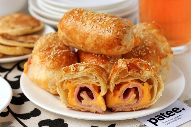 рецепт слоеных пирожков с ветчиной и сыром