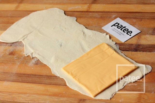 Пирожки из слоёного теста с ветчиной и сыром