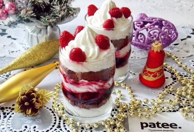 Десерт с малиной и сливками