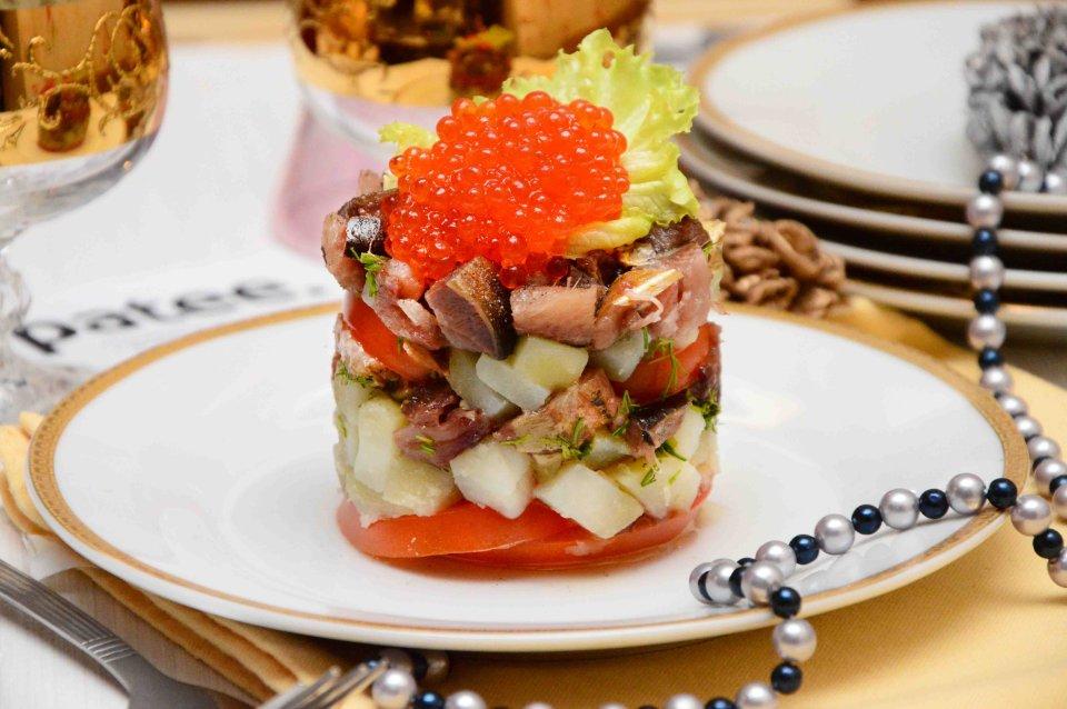 Салат с копчёной сельдью и красной икрой