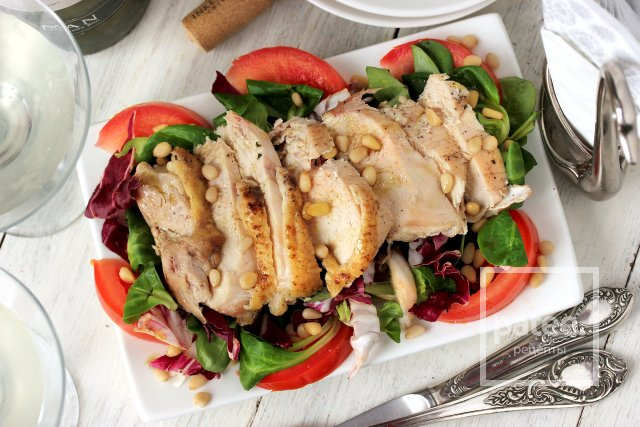 Салат с куриной грудкой, помидорами и кедровыми орешками