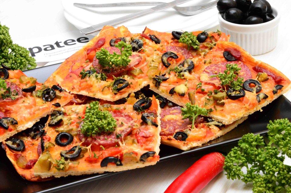 Пицца с салями и зеленью