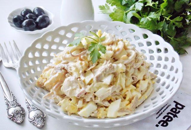 Салат  с кальмарами и отварной индейкой