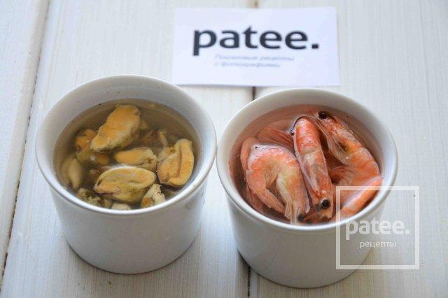 Салат с морепродуктами и пекинской капустой