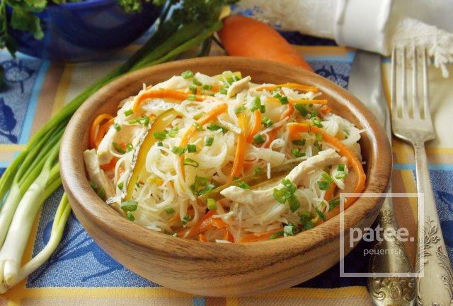 Теплый салат с куриной грудкой и фунчозой