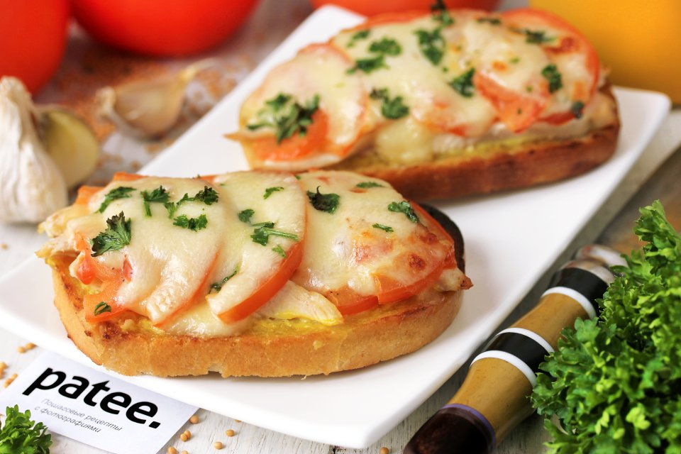 Горячие бутерброды с курицей, помидорами и моцареллой