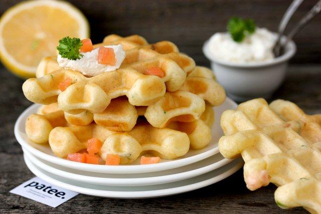 Закусочные вафли с солёной сёмгой и лимоном