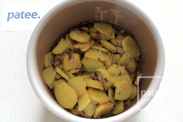 Картофель, запеченный с грибами в мультиварке