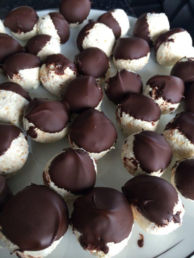 Диетические творожные шарики в шоколаде