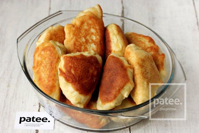 Жареные пирожки с начинкой из зелёного горошка, сыра и зелени