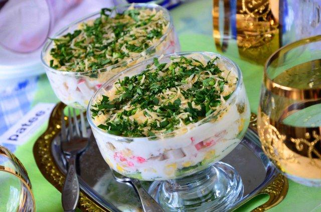 Салат с крабовыми палочками, мидиями, твердым сыром и кукурузой