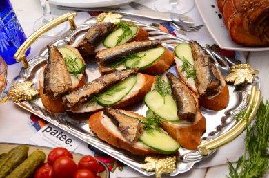 Рецепт Бутерброды со шпротами, огурцом и укропом.