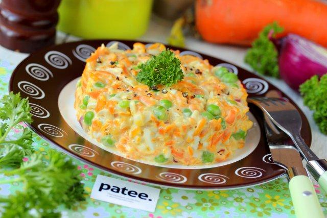 Салат из моркови с горошком и яйцом