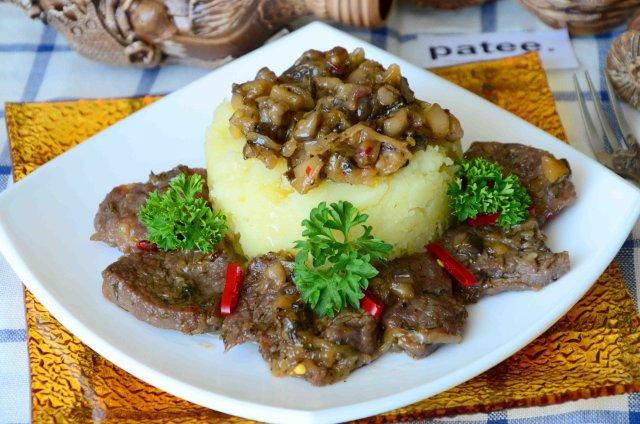 Говядина с грибами и сладким луком