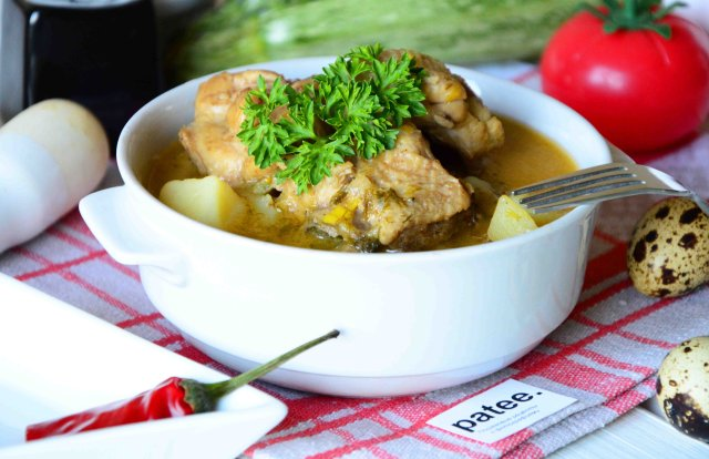 Тушеная курица с кабачками