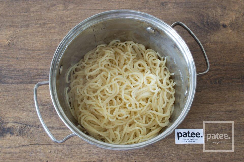 Спагетти с тунцом и маслинами