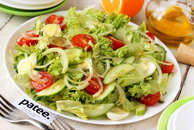 Салат с молодым картофелем, овощами и перепелиными яйцами новые фото