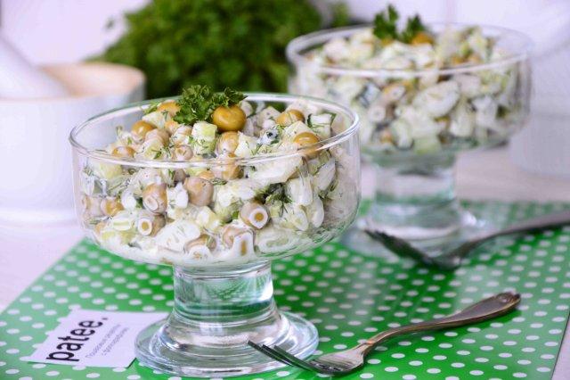 Огуречный салат с горошком и сельдереем