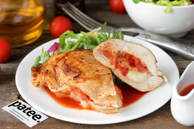 Куриные грудки, фаршированные моцареллой и помидорами