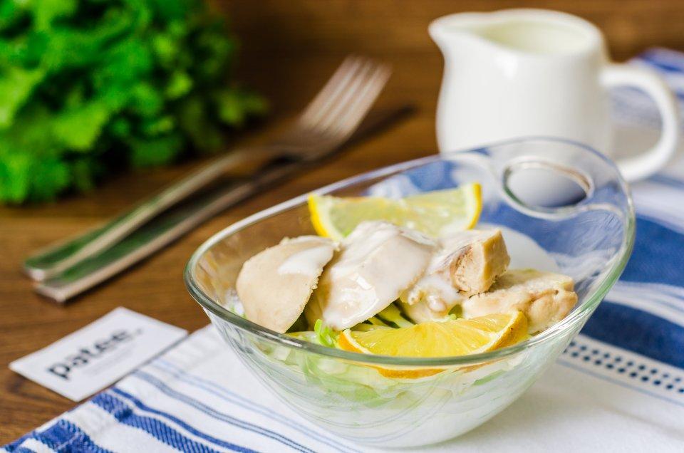 Диетический салат с курицей и капустой