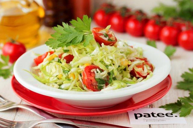 Салат из молодой капусты с помидорами черри и кукурузой