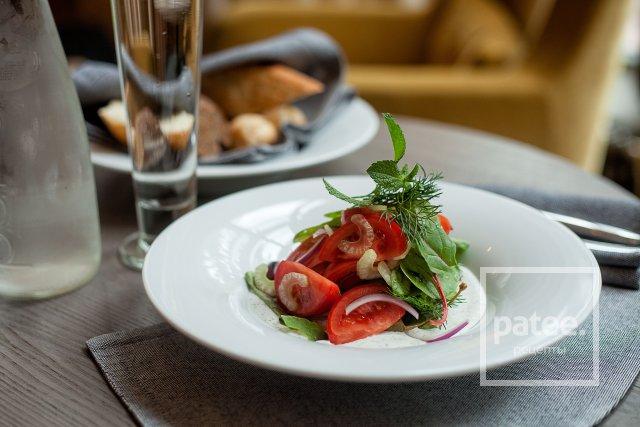 Летний салат со сметанной заправкой