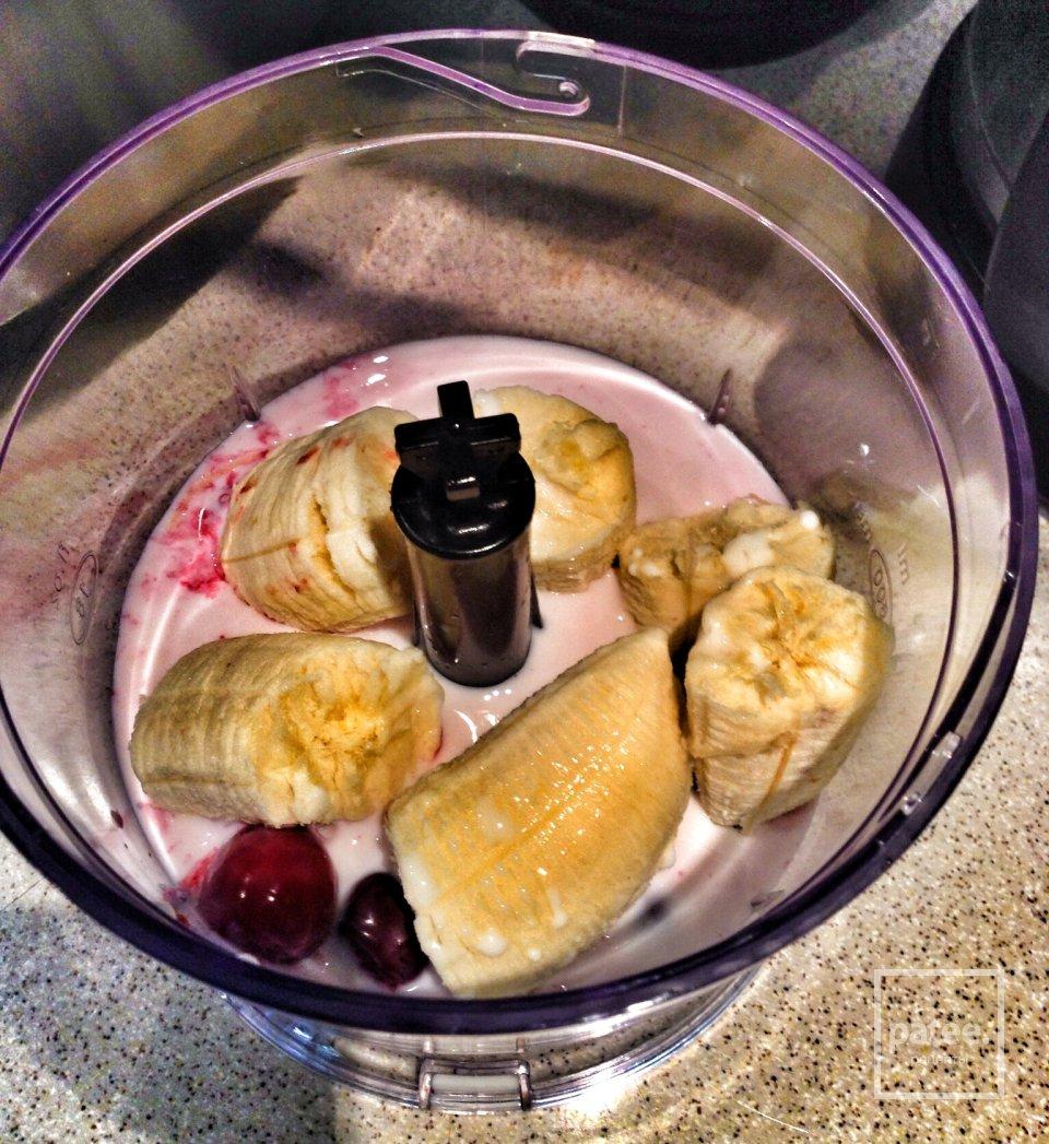 Бананово-вишневый молочный коктейль