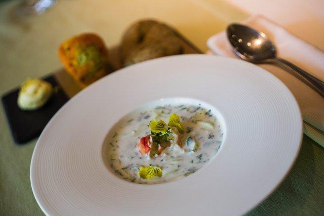 Холодный огуречно-йогуртовый суп с крабом
