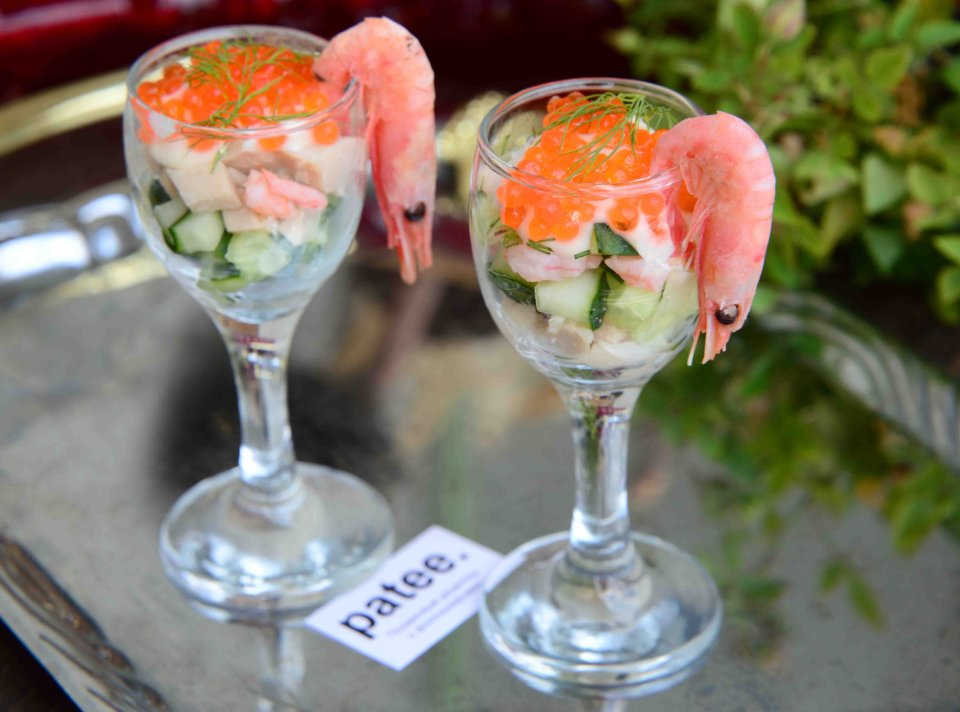 Коктейльный салат с кальмарами креветками и красной икрой