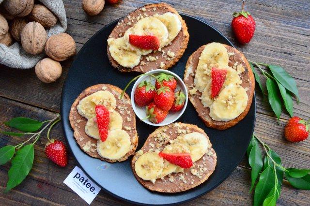 Горячие тосты с бананом и орехами