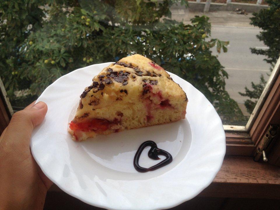 Сладкий пирог на кефире со сливами