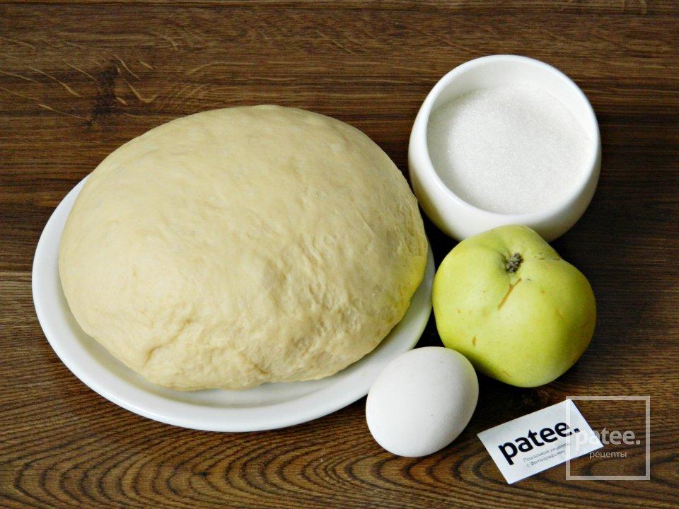 Сдобные пироги с яблоками
