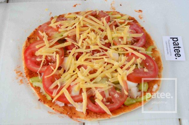Пицца с помидорами и моцарелой