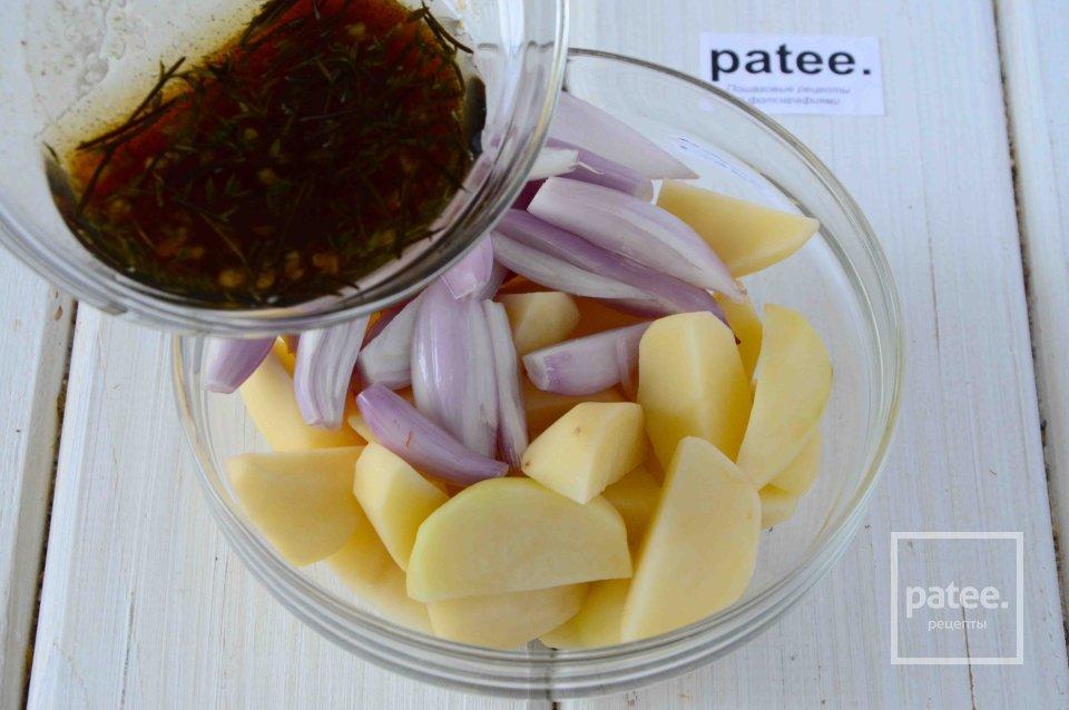 Картофель запеченный с красным луком