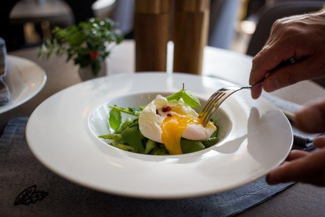 Легкий салат с яйцом пашот
