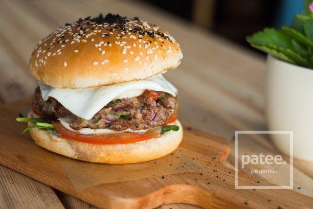 Гамбургер из телятины с соусом вителло тоннато