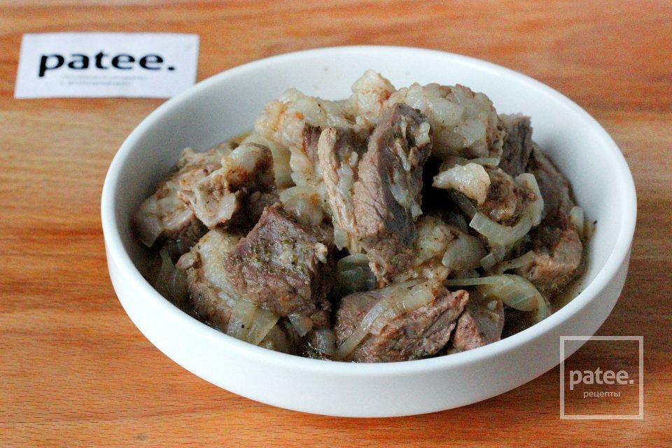 Свинина с луком и чесноком в мультиварке