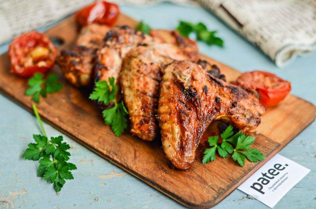 Куриные крылышки с паприкой и помидорами