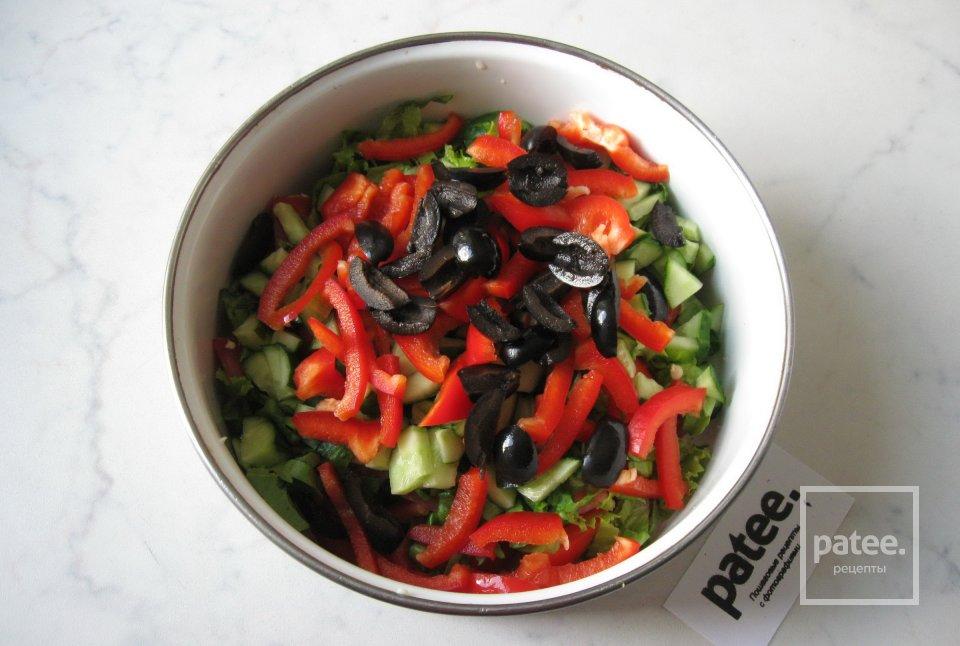 Салат с тунцом, овощами и оливками