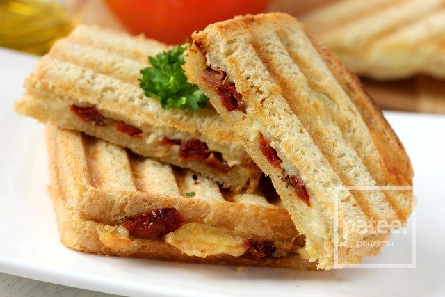 Сэндвич с вялеными томатами и сыром бри